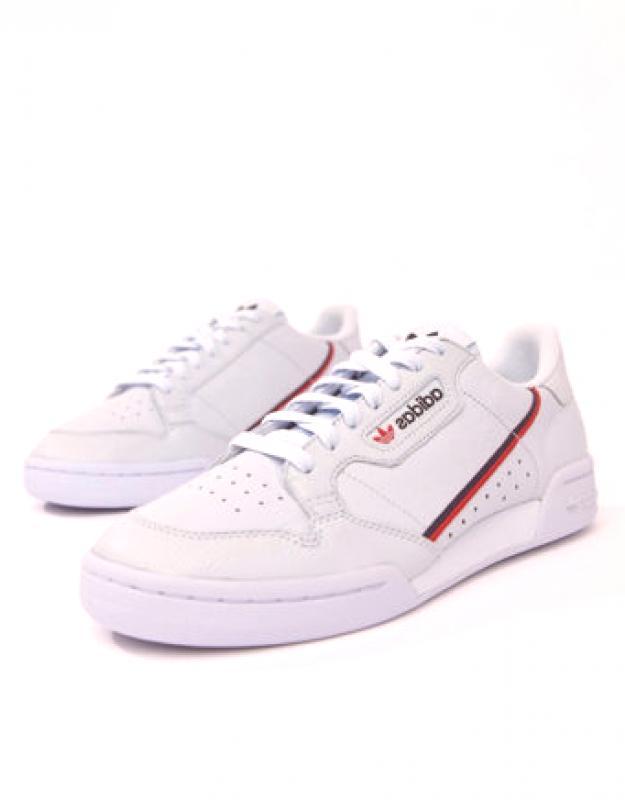 5f3ba51cb Pokiaľ ide o každodenné topánky Adidas, muži vyzdvihnú biele tenisky s  kontrastným prešitím, čierne pruhy na bokoch a svetlé šnurovanie.
